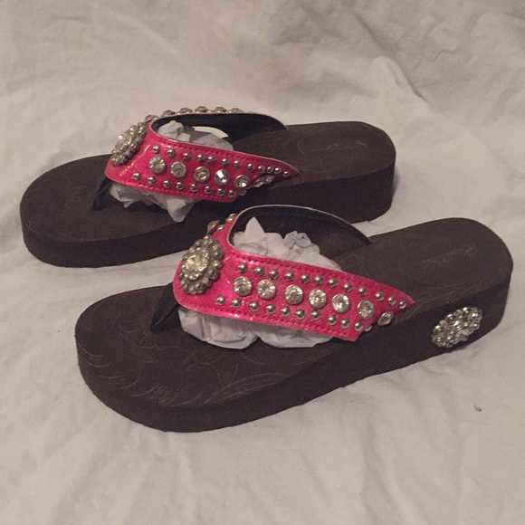 bc0f29143 Country style hot pink jeweled flip flops. M 5c4a7301951996c0866d2c63